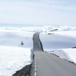 Bar fjellveg. Snø på høyfjellet.