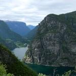 Bratte fjell og en smal fjord.