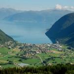 Utsikt med bondegårder, bebyggelse, hav